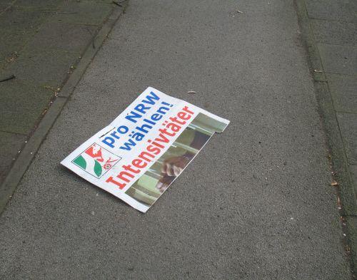 Foto: Plakat auf Radweg